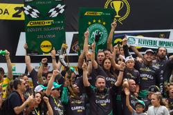 Felipe Fraga celebrate with the team
