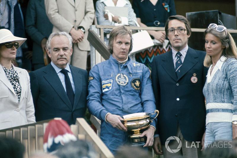 GP de Argentina 1974- Ronnie Peterson, que en la foto celebra el triunfo de ese año en Mónaco con el Príncipe Rainiero y la Princesa Grace de Mónaco, logró en Argentina su 10ª pole position en Fórmula 1 (acabaría su carrera con 14 poles)