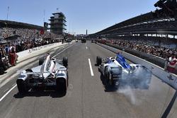Will Power, Team Penske Chevrolet, James Hinchcliffe, Schmidt Peterson Motorsports Honda in the pit