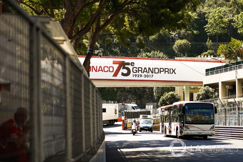 Schilder für den Monaco-GP an der Strecke