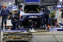 Механики Hyundai обслуживают i20 Coupe WRC Хейдена Пэддона и Себастьяна Маршала