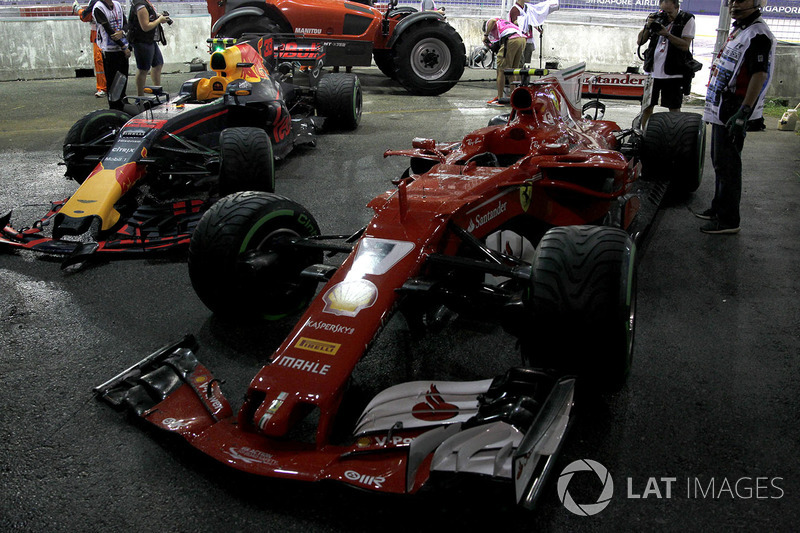De gecrashte wagens van Max Verstappen, Red Bull Racing RB13 en Kimi Raikkonen, Ferrari SF70H