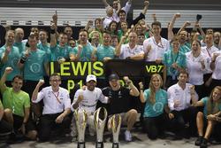 Победитель Льюис Хэмилтон и обладатель третьего места Валттери Боттас, Mercedes AMG F1