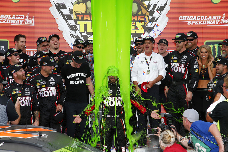 4. El baño del vencedor, Martin Truex Jr., Furniture Row Racing Toyota