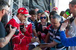 Sebastian Vettel, Ferrari lors d'une séance d'autographes