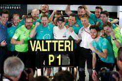 1. Valtteri Bottas, Mercedes AMG F1, mit Toto Wolff, Mercedes, Motorsportchef, und dem Team