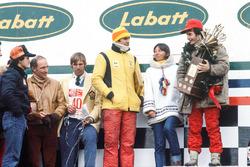 Podium: racewinnaar Gilles Villeneuve, Ferrari, derde plaats Carlos Reutemann, Ferrari