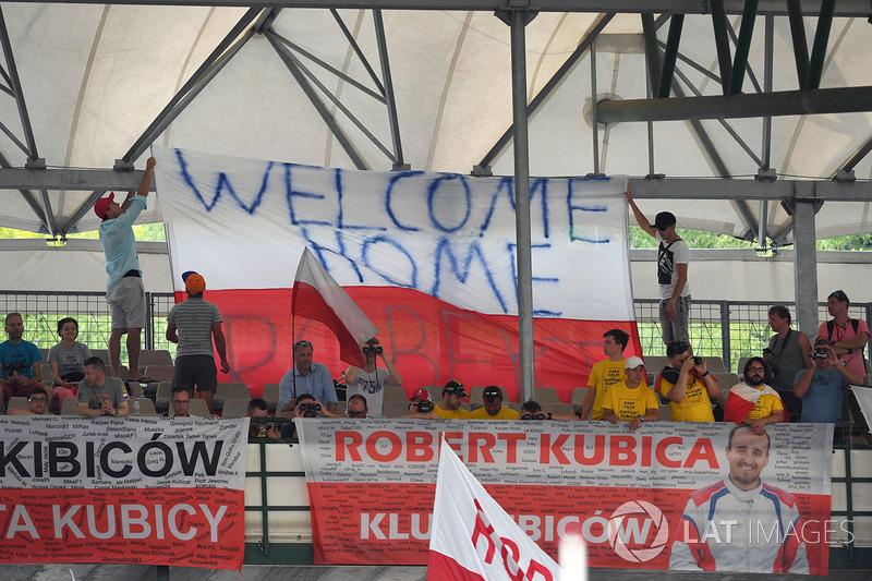 Robert Kubica, Renault Sport F1 Team RS17 fans y banners