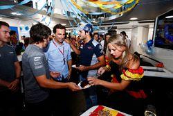 Fernando Alonso, McLaren, viert zijn verjaardag met Pedro de la Rosa en Carlos Sainz Jr., Scuderia T