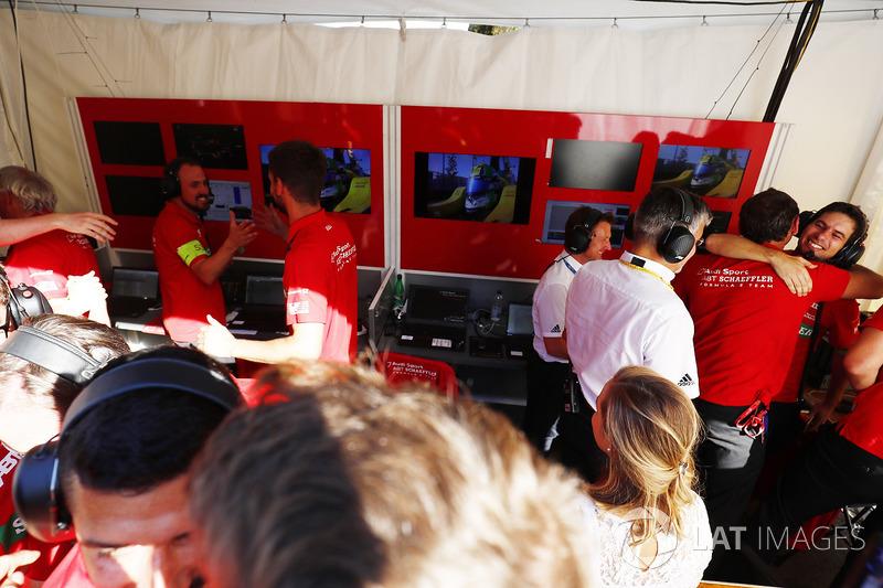 Lucas di Grassi, ABT Schaeffler Audi Sport, takım ile şampiyonluğu kutluyor
