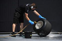 Mercedes AMG F1, Mechaniker wäscht Pirelli-Reifen