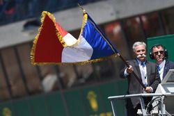 Chase Carey, directeur exécutif du Formula One Group, agite le drapeau tricolore pour donner le départ