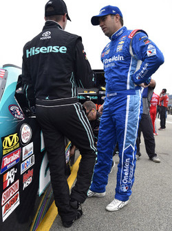 Denny Hamlin, Joe Gibbs Racing Toyota ve Elliott Sadler, JR Motorsports Chevrolet