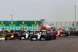 Départ : Lewis Hamilton, Mercedes AMG F1 W07 Hybrid mène