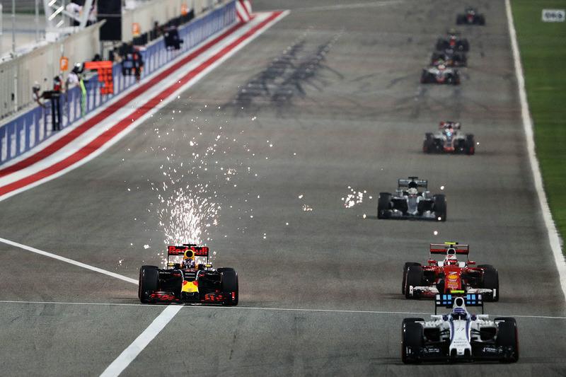 Daniel Ricciardo, Red Bull Racing RB12 y Kimi Raikkonen, Ferrari SF16-H