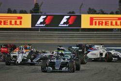 Azione alla partenza: Nico Rosberg, Mercedes AMG F1 Team W07, e il contatto tra Valtteri Bottas, Wil