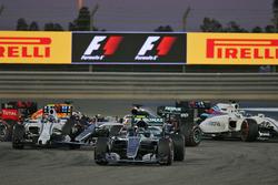 Start zum Rennen: Nico Rosberg, Mercedes AMG F1 Team W07; Valtteri Bottas, Williams FW38 und Lewis Hamilton, Mercedes AMG F1 Team W07, Unfall