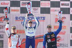 GT Cup podium: ganador, Alec Udell, segundo, Sloan Urry, tercero, Corey Fergus