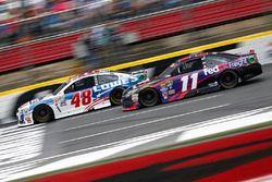 Jimmie Johnson, Hendrick Motorsports Chevrolet, et Denny Hamlin, Joe Gibbs Racing Toyota