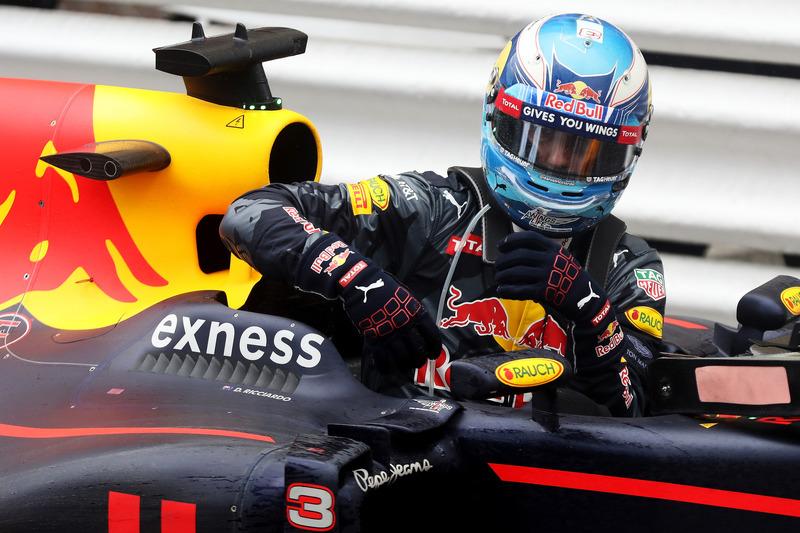 Daniel Ricciardo, Red Bull Racing descend de sa voiture dans le parc fermé