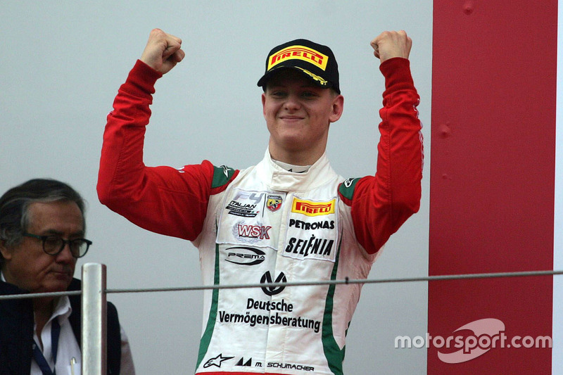 Podio Gara 2: il vincitore Mick Schumacher, Prema Powerteam