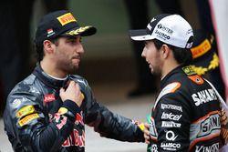 (De g. à d.) : Daniel Ricciardo, Red Bull Racing, et Sergio Perez, Sahara Force India, sur le podium