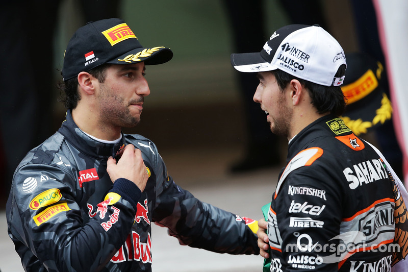 Daniel Ricciardo, Red Bull Racing con Sergio Pérez, Sahara Force India F1 en el podio