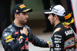 Daniel Ricciardo, Red Bull Racing con Sergio Pérez, Sahara Force India F1 en el podio
