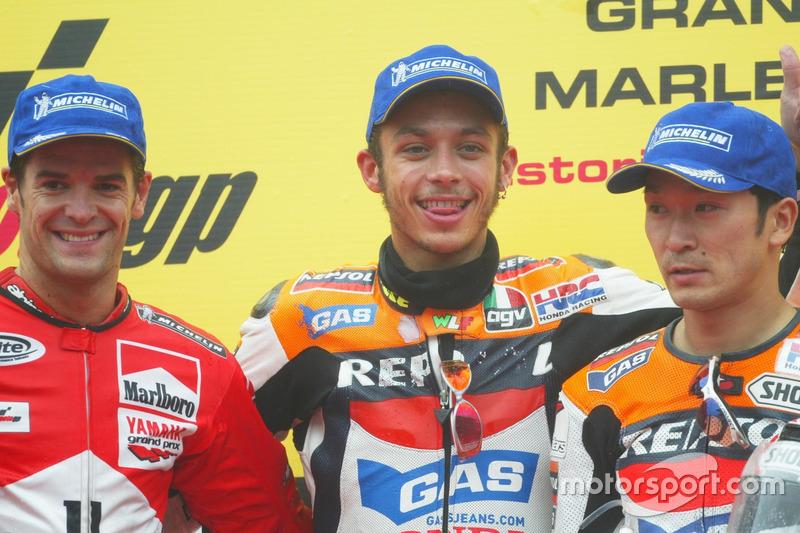 Podio: gganador de la carrera Valentino Rossi, del equipo Honda Repsol; segundo lugar Carlos Checa,