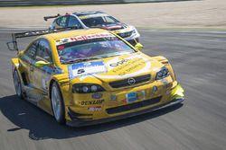 Volker Strycek im 2003er Opel Astra V8 Coupé; Stefan Kissling im aktuellen Opel Astra TCR