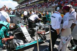 Peter Bonnington, Ingénieur de course Mercedes AMG F1 et Lewis Hamilton, Mercedes AMG F1 sur la grille