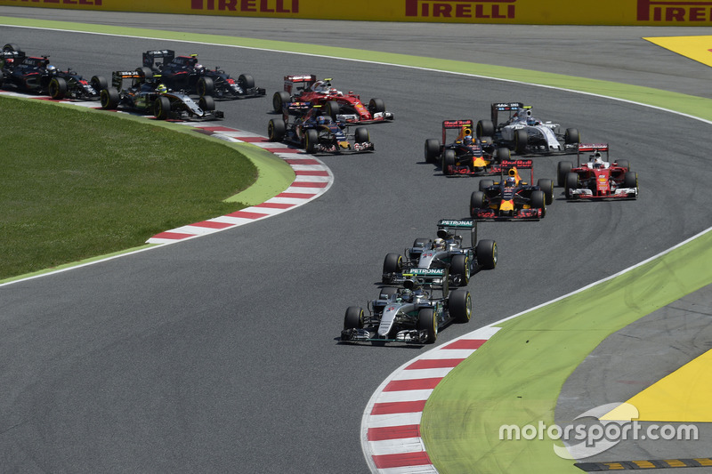 Nico Rosberg, Mercedes AMG F1 W07 Hybrid y Lewis Hamilton, Mercedes AMG F1 W07 Hybrid en el inicio de la carrera