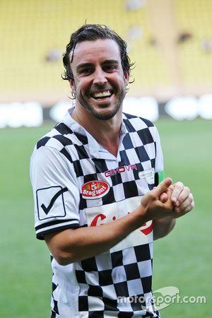 Fernando Alonso, McLaren, hayır kurumlarına destek için yapılan futbol maçında