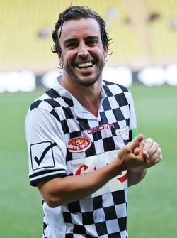 Fernando Alonso, McLaren, lors d'un match de football caritatif