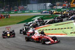 Kimi Raikkonen, Ferrari SF16-H at the start of the race