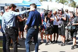 Steve Jones, presentador de canal 4 F1, Mark Webber, Porsche equipo WEC conductor y presentador de c