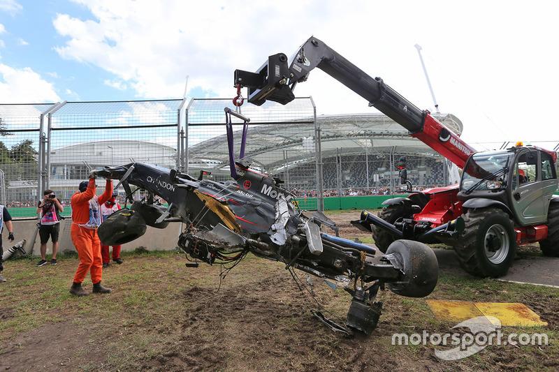 El McLaren MP4-31 de Fernando Alonso es retirado en grúa