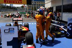Le vainqueur Antonio Giovinazzi, PREMA Racing, est félicité par Mitch Evans, Pertamina Campos Racing & Sean Gelael, Pertamina Campos Racing