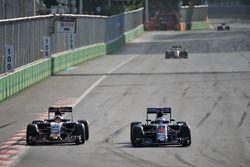 Carlos Sainz Jr., Scuderia Toro Rosso STR11, und Fernando Alonso, McLaren MP4-31, im Positionskampf