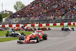 Sebastian Vettel, Ferrari SF16-H mène au départ alors que Nico Rosberg, Mercedes AMG F1 W07 Hybrid revient en piste