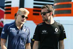 Marcus Ericsson, Sauber F1 Team con Jolyon Palmer, Renault Sport F1 Team