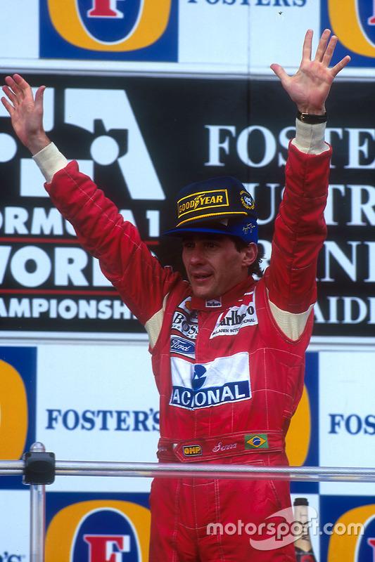 Pódio: Ganhador da corrida Ayrton Senna, McLaren celebra