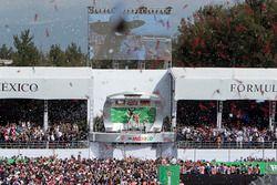 Podio: ganador de la carrera Lewis Hamilton, Mercedes AMG F1, segundo lugar tercer lugar de Nico Ros