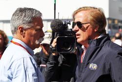 Chase Carey, Formel-1-Chef, mit FIA-Rennkommissar Danny Sullivan