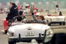 Mika Hakkinen, McLaren seyircileri selamlıyor