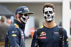 Daniel Ricciardo, Red Bull Racing, und Max Verstappen, Red Bull Racing, mit Gesichtsbemalung für Hal
