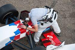 mechanic, Ben Barnicoat, HitechGP Dallara F312 - Mercedes-Benz