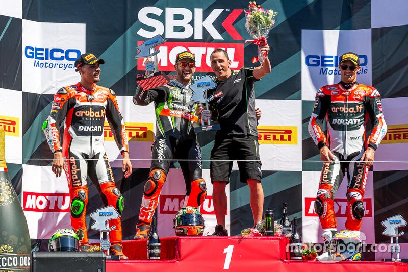 Podium carrera domingo: Ganador, Tom Sykes, Kawasaki Racing Team, segundo, Davide Giugliano, Aruba.it Racing - Ducati, tercero, Chaz Davies, Aruba.it Racing - Ducati