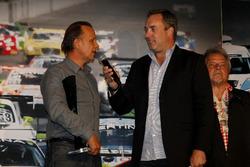 Jean-Marc Gounon nimmt den Pokal für seinen Sohn #77 Callaway Competition, Corvette C7 GT3: Jules Gounon entgegen