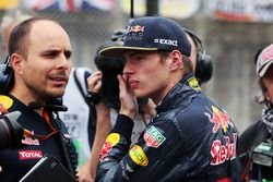 Max Verstappen, Red Bull Racing con Gianpiero Lambiase, ingegnere Red Bull Racing Engineer in griglia